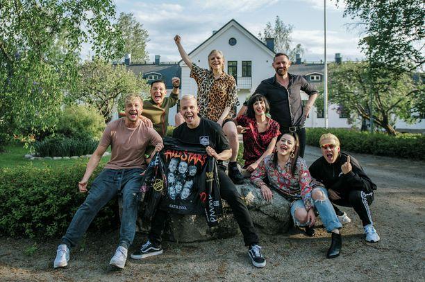 Vain elämää viettää juhlavuottaan, minkä kunniaksi Satulinnassa nähdään tänä syksynä peräti kahdeksan artistia.