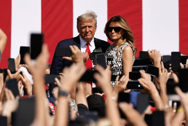 Trump saapui kampanjatilaisuuteen Floridassa torstaina.