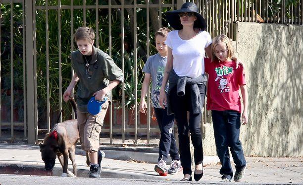 Angelina Jolien sonnustautui lierihattuun kävellessään lastensa Shilohin, Knoxin ja Viviennen kanssa lounaalle.