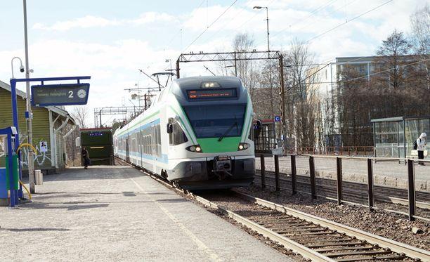 Nuorenmiehen käsi jäi kiskon ja junan väliin Kauniaisten juna-asemalla sunnuntaina aamuyöllä.