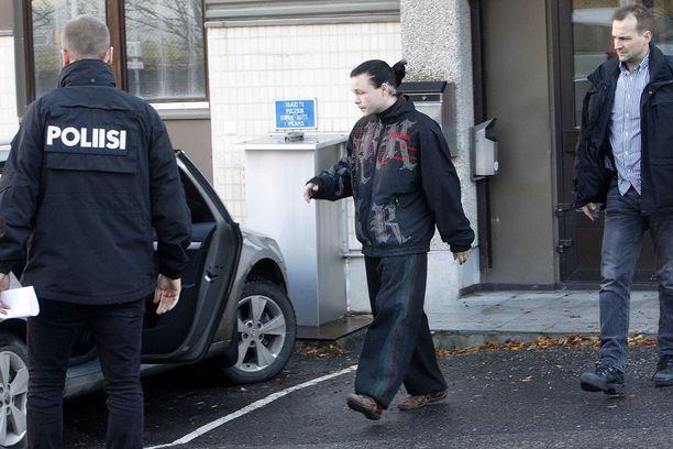 Poliisi pidättämässä Utsjoen koulusurmasta tehtyä miestä lokakuussa 2014.