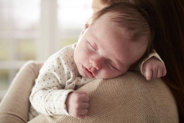 Uuden menetelmän avulla vastasyntyneen hiuksista voidaan mitata äidin kautta tulleita altisteita: kofeiinin lisäksi myös lääkkeitä, päihteitä ja muovin pehmentäjiä eli ftalaatteja.
