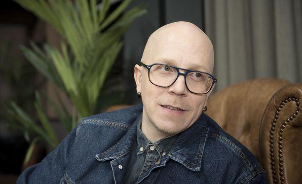 Toni Wirtanen tsemppaa iskelmätähti Jari Sillanpäätä tämän tilanteessa.