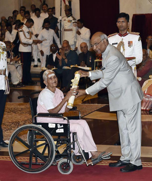 Ram Nath Kovind ojentamassa Padma Shri -palkintoa V Nanammalille Intiassa vuonna 2018.