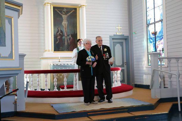 Eila ja Hemmi Jaara saivat toisensa Yli-Iin kauniissa kirkossa.
