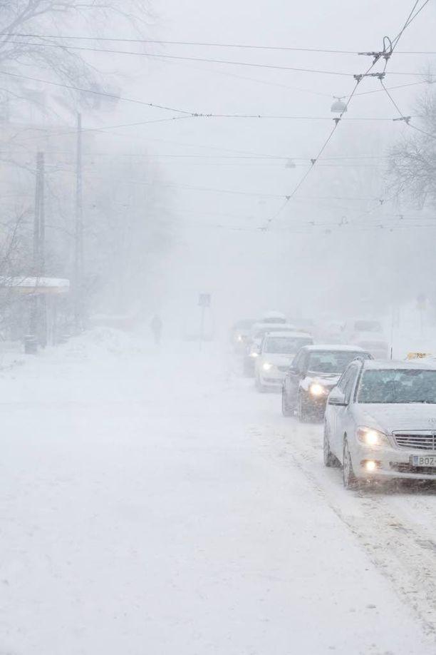 Keskiviikkona kannattaa olla liikenteessä talvirenkaat alla. Kuvituskuva.