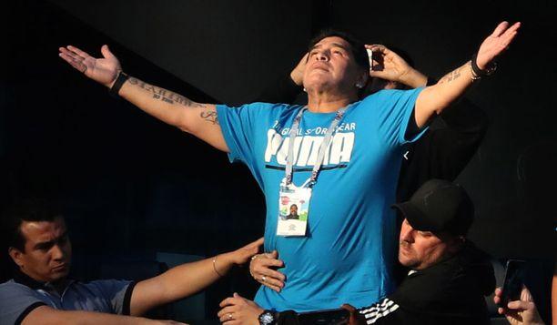 Muiden oli syytä varmistaa, ettei Maradona innostu liikaa ja tipu aitiosta alas.