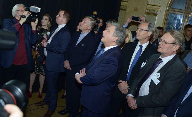 Sauli Niinistö kuunteli ennakkoäänien tulokset vaalivalvojaisissaan.