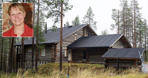 Tanja Poutiainen Alppihiihtäjän mökissä on iso terassi takapihan puolella.