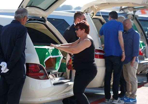 Neljän italialaisen uhrin omaiset saapuivat keskiviikkona vastaanottamaan rakkaansa Malpensan lentokentällä lähellä Milanoa.