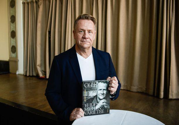 Olli Lindholm ikuistettuna hänen elämästään kertovan Yhden miehen varietee -kirjan julkaisutilaisuudessa.