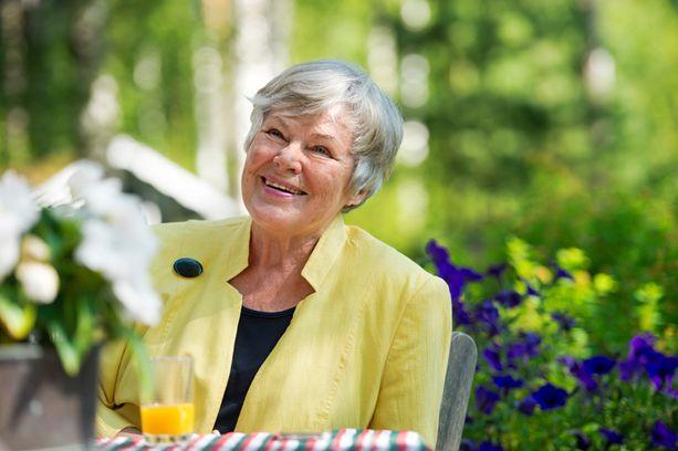 Elisabeth Rehn kertoo seuranneensa jalkapalloa jo 65 vuotta.