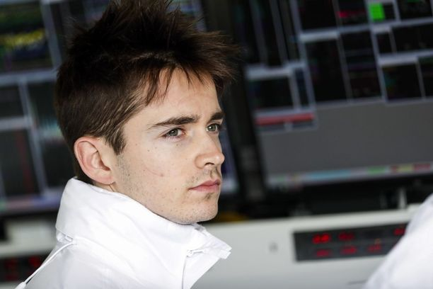 Charles Leclerc odottelee paikkaansa Ferrarin kisakuljettajana.