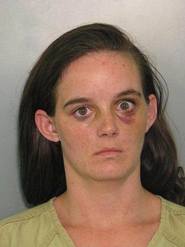 Asetta heilutellut Amanda Jean Linscott päätyi kalterien taakse mustan silmän kanssa.