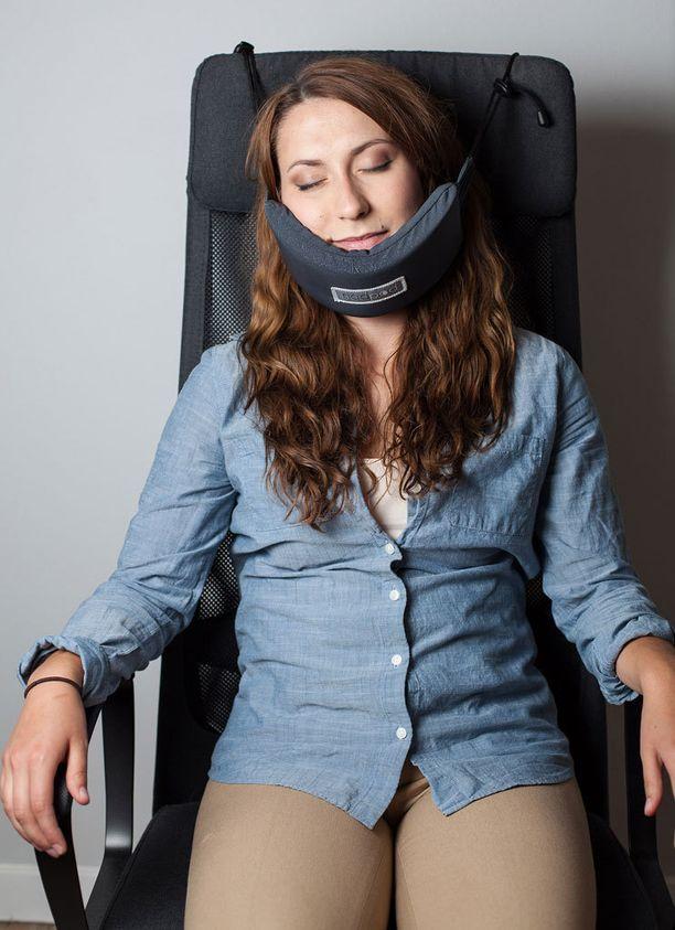 Tyyny sidotaan kiinni penkin selkänojaan esimerkiksi lentokoneessa.