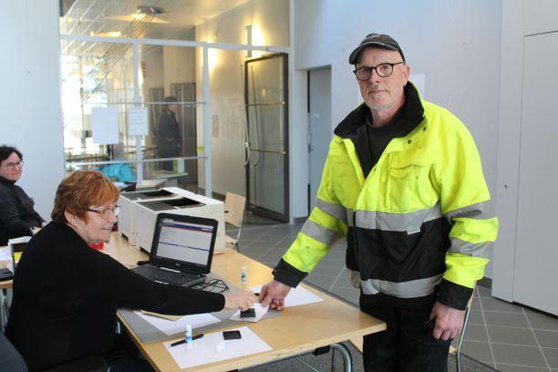 Vaalitoimitsija Paula Karjalainen leimasi Kauko Hyvösen äänestyslipun keskiviikkona Nurmeksessa.