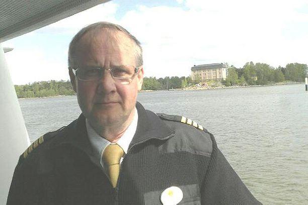 Liikennöitsijä Esa Vainio sanoo, että vielä ei tiedetä, mitä taustalla näkyvälle Hylkysaarelle tapahtuu Merimuseon jälkeen.