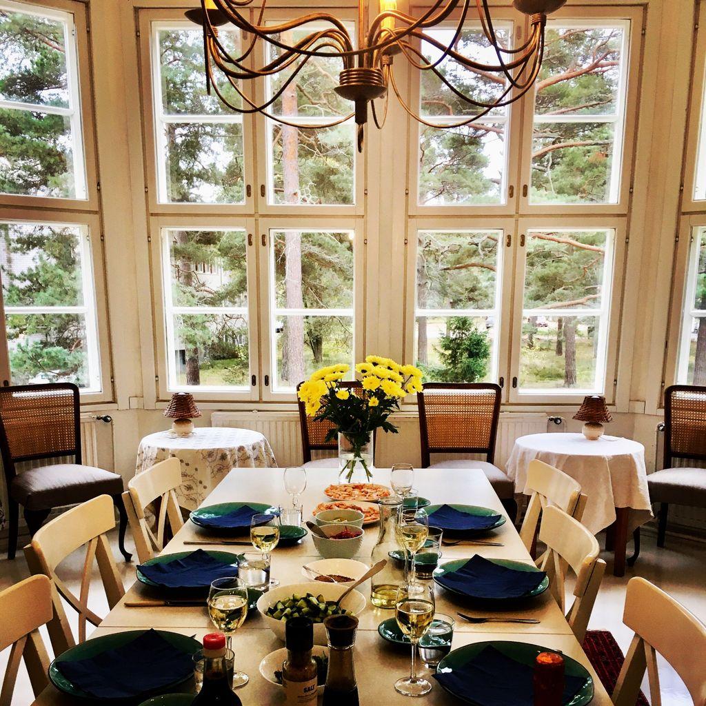 Entisessä keuhkoparantolassa Villa Ljungossa Hangossa asuu nyt Wichmannin perhe ja heidän vuokralaisensa.