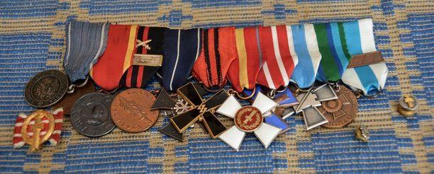 Aktiivisesti niin sotaveteraanien kuin -invalidienkin toiminnassa mukana olleen Osmo Uusi-Pietilän komea kunniamerkkirivistö.