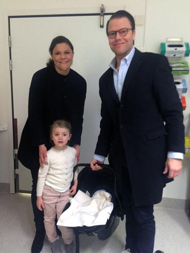 Keskiviikkona syntyneen pikkuprinssin nimi oli Lindvqvistin mielestä erinomainen. Kuvassa sairaalasta kotiutuvat Victoria, Daniel, Estelle ja Oscar.
