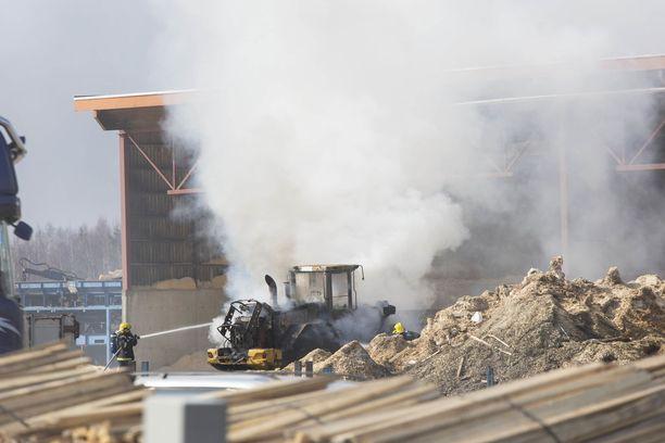 Palava pyöräkuormaaja puski ilmoille paksua savua Haminassa.
