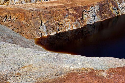 Avolouhokseen kertynyt vesi on värjäytynyt punaiseksi.