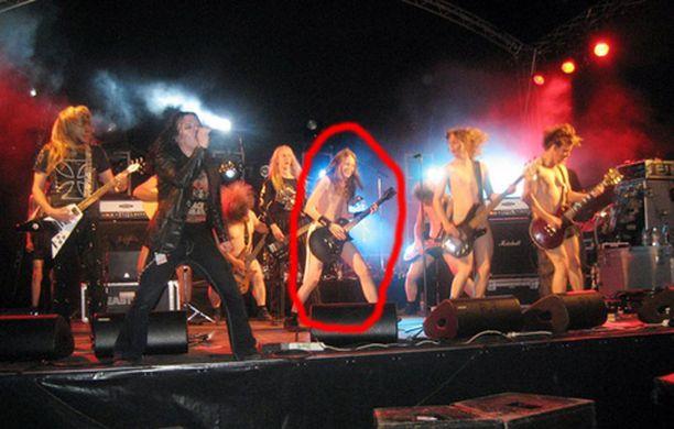 Hevilaulaja kiipesi lavalle boksereissa toisen bändin soittaessa.