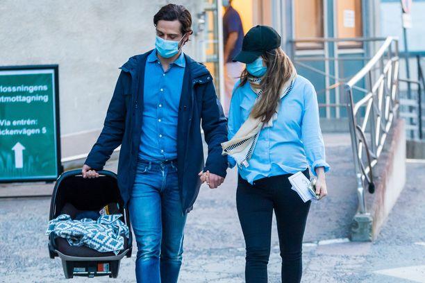 Julian, Carl Philip ja Sofia lähtivät Danderydin sairaalasta perjantaina.