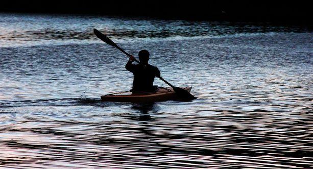 Mies lähti vesille kajakilla ja löytyi kuolleena läheltä rantaa. Kuvituskuva.
