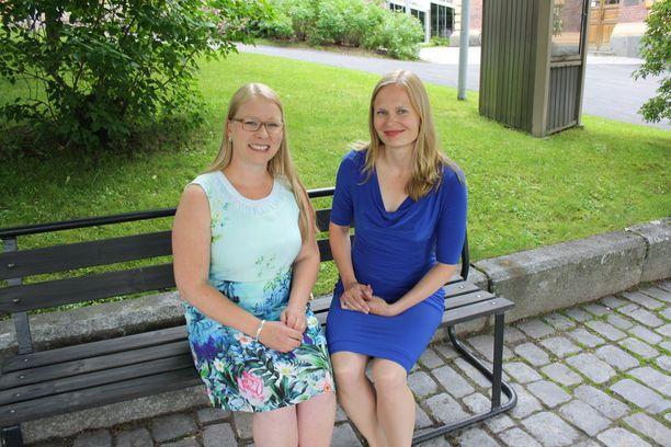 Anna-Kristiina Mikkonen (vas.) ja Hanna Kosonen odottavat innostuneen jännittyneinä Putinin ja Niinistön saapumista Savonlinnaan. Tämä on hieno tilaisuus tuoda Savonlinnan parhaita puolia esiin, naiset iloitsevat.
