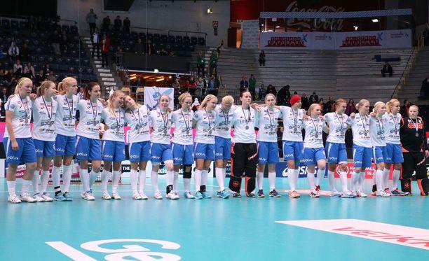 Suomen joukkue kyynelehti pettymystään hopeamitalit kaulassaan.