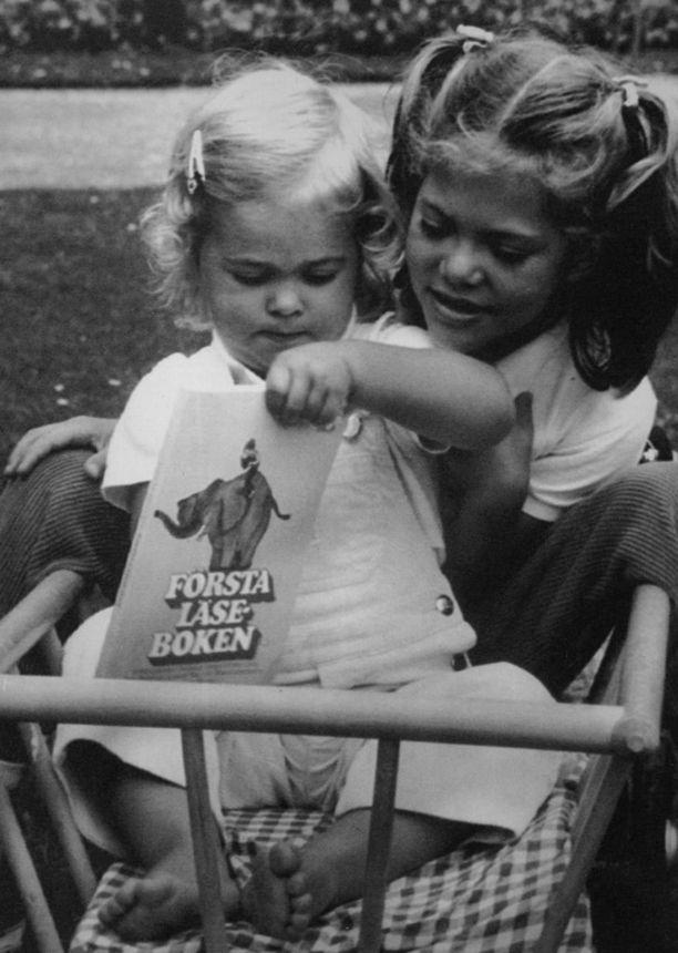 Elokuu 1984. 2-vuotias Madeleine tutkii juuri koulunsa aloittaneen prinsessa Victorian ensimmäistä lukukirjaa.