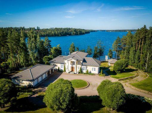 Villa Rusanen sijaitsee Kivijärven rannalla.