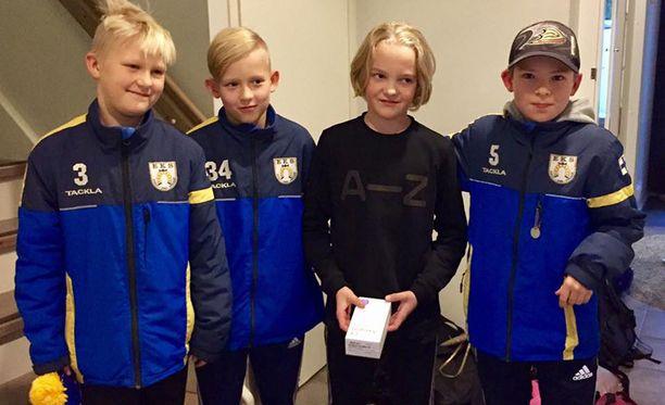 EKS-07 pitää huolta kaverista. Lukas (vas.), Joonas ja Lalli (oik.) veivät ryöstön uhriksi joutuneelle Henrikille kotiin uuden kännykän keskiviikkona.