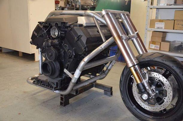 Alussa oli vain 92-mallisen BMW 540:sen V8-moottori, jonka ympärille pyörää alettiin tehdä.