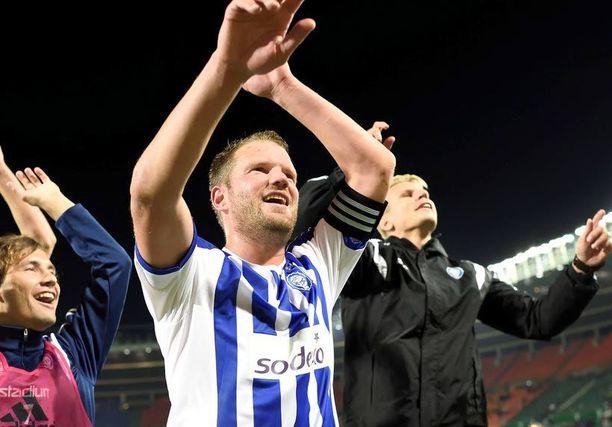 Kapteeni Teemu Tainio kiittää faneja. Rapid Wien on kaatunut kotikentällään.