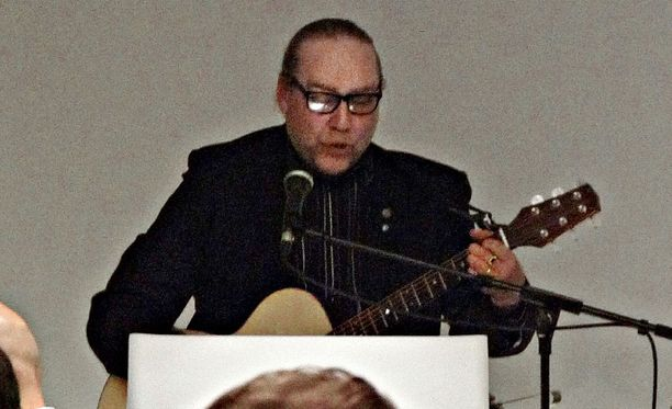 James Hirvisaari soitti kitaraa Suomen Sisun tapahtumassa Lahdessa marraskuussa 2015.