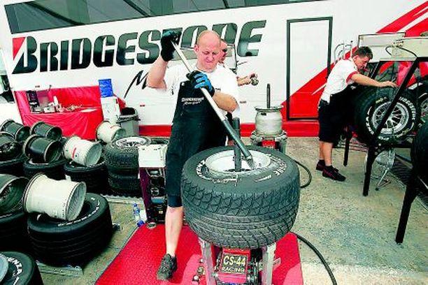 VALTATAISTELU Rengasvalmistaja Michelin epäilee kilpailevaa merkkiä Bridgestonea vilpistä.