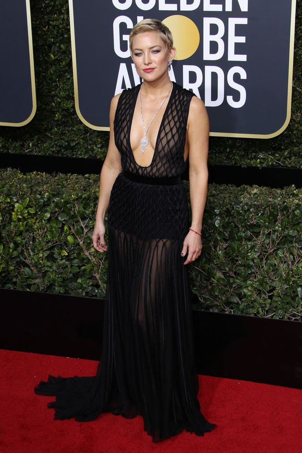 Kate Hudson ja Valentinon rohkea pitsiluomus, joka on täydellinen pari tähden uudelle, lyhyelle hiustyylille.