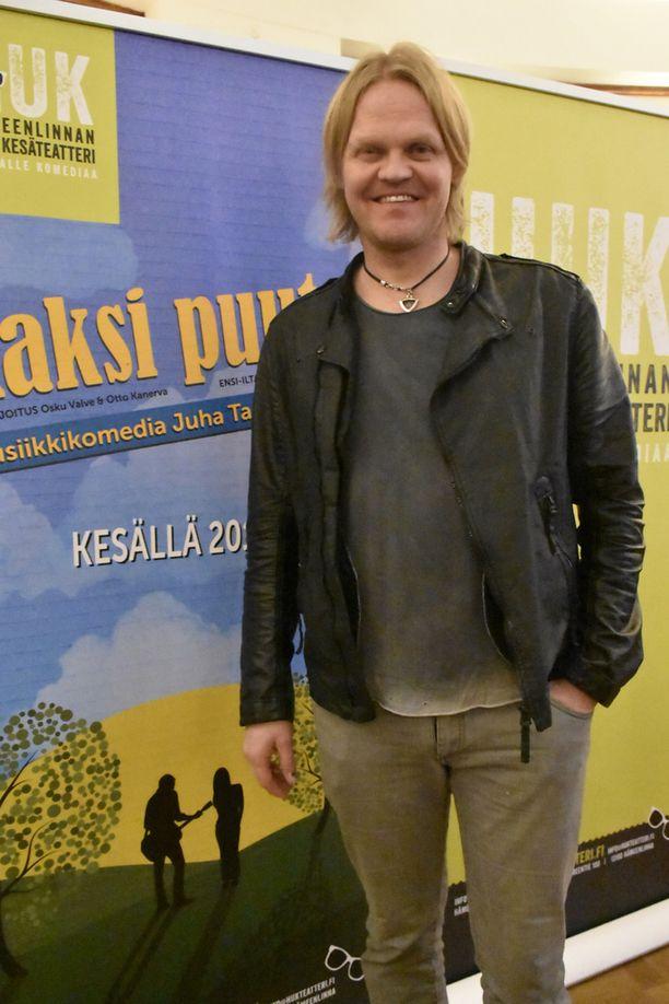 Otto Kanerva ohjaa ja käsikirjoittaa näytelmän. Hänellä on siinä myös pieni rooli.