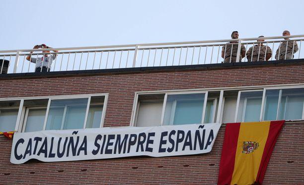 """Madridissa otettiin kantaa myös kansallispäivänä. Liinassa luki: """"Katalonia (on aina) osa Espanjaa""""."""