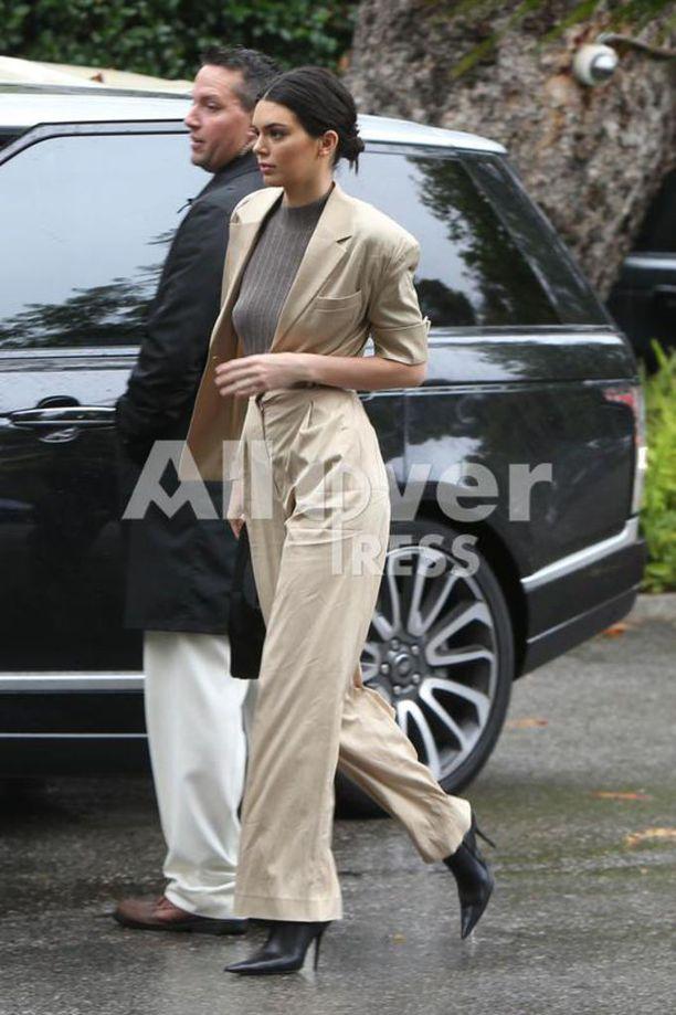 Myös siskopuoli Kendall Jenner kuvattiin saapumassa juhlapaikalle.
