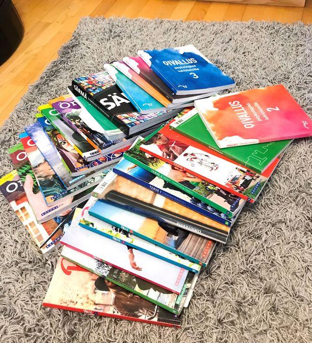 Kuvassa vain toisen kaksossiskon kirjat, jotka tarvitaan ylioppilaskirjoituksiin. Jokainen kirja maksaa useita kymppejä.
