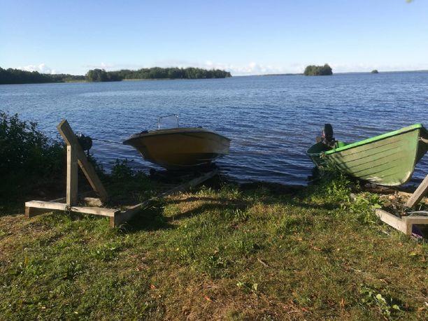 Ilmapallot löytyivät oikeanpuoleisen veneen keulasta.