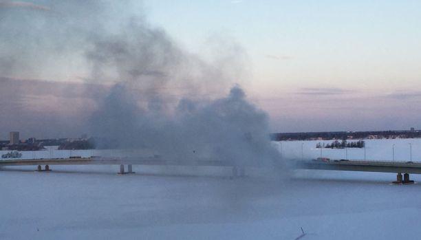 Palosta nousi runsaasti savua.