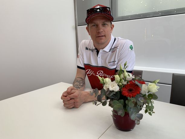 Kimi Räikkönen käytti vapaapäivänkin hyväkseen muokkaamalla istuintaan sopivammaksi.