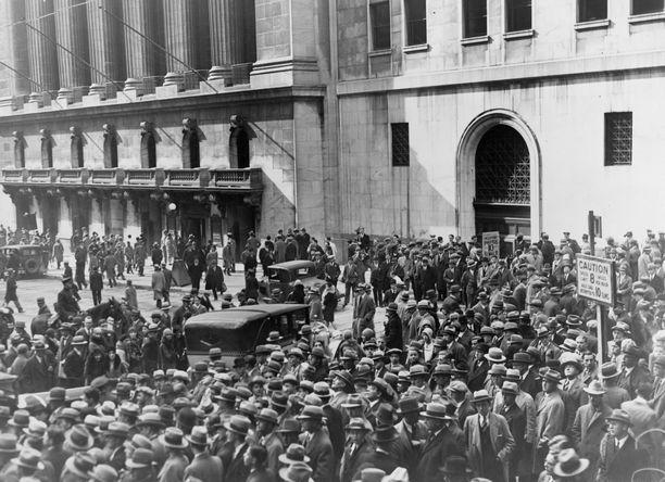 Ihmisjoukko New Yorkin pörssin edessä mustana tiistaina 1929.