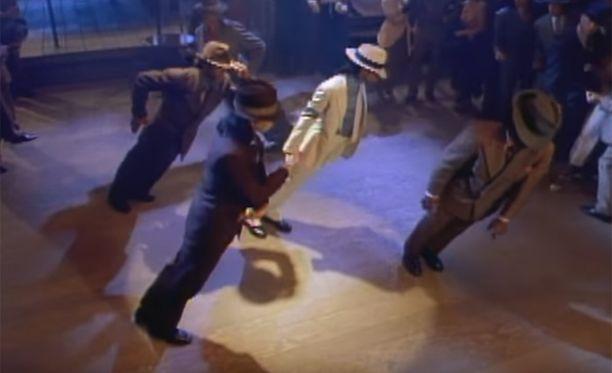 Jackson ja kumppanit näyttävät tanssivat fysiikan lakien vastaisesti. Ruutukaappaus Smooth Criminal-videolta.
