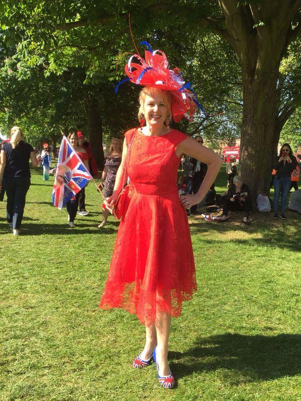 Alison Tinsley teetätti kuninkaallisia häitä varten 145 puntaa maksaneen hatun. Räätälin tekemässä mekossa hän juhli sukulaisen häissä.