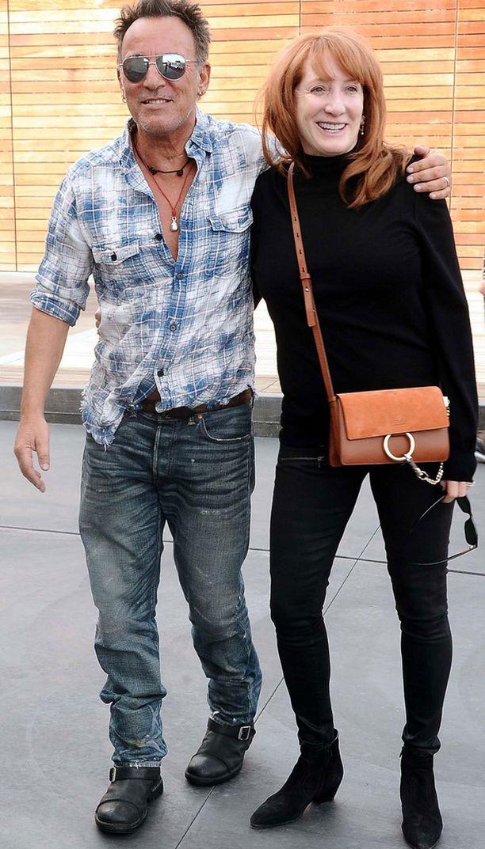 Bruce Springsteen ja Patti Scialfa törmäsivät ostoskeskuksen parkkipaikalla valokuvaajaan.